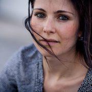 ein natürliches Portrait, lediglich die Augen sind geschminkt, Wind und der Blick lassen dieses Portrait so toll wirken