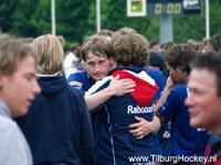 image: Willem Gasner bedankt publiek en spelers