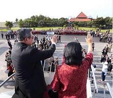 Masyarakat melepas kunjungan terakhir SBY sebagai Presiden ke Bali, Jumat (10/10)