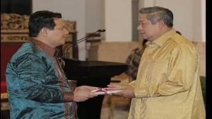 SBY-menerima-laporan-Pemilu-2014-dari-HKamil-Malik-750x422