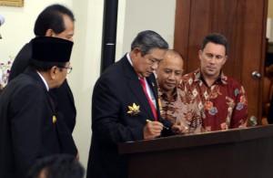 Presiden SBY menandatangani prasasti Lapangan Minyak Bayu Urip, Cepu, Selasa (7/10)