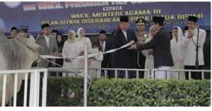 Presiden SBY menyerahkan hewan korbannya di Masjid Istiqlal, Jakarta, Minggu (5/10)