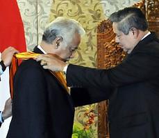 PM Timor Leste Xanana Gusmao terima Bintang Adipurna dari Presiden SBY, di Bali, Jumat (10/10)