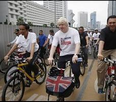 Presiden Jokowi bersama Walikota London dan Gubernur DKI Jakarta mengayuh sepeda di kawasan Thamrin, Jakarta, Minggu (30/11)