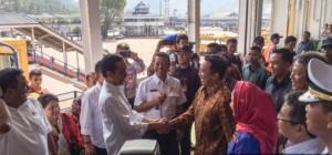 Presiden Jokowi disambut Gubernur Lampung M. Ridho Ficcardo, di atas KM. Portlik III menuju Bakaehuni, Selasa (25/11)