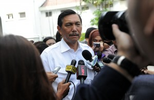 Kepala Staf Kepresidenan Luhut Binsar Pandjaitan saat ditanya wartawan di Istana Kepresidenan Jakarta (14/1)