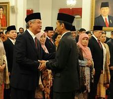 Presiden Jokowi memberikan ucapan selamat kepada para anggota Wantimpres yang baru dilantiknya, di Istana Negara, Senin (19/1)