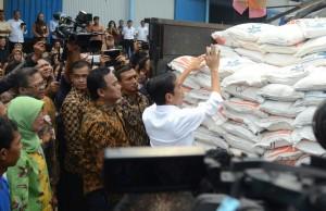 Dirut Perum Bulog Lenny Sugihat (berkerudung) mendampingi Presiden Jokowi meninjau penyaluran raskin dan operasi pasar beras 2015, di Jakarta, Rabu (25/2)