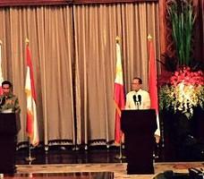Presiden Jokowi bersama Presiden Filipina Benigno Aquino III menyampaikan keterangan pers seusai pembicaraan bilateral, di Istana Malacanang, Senin (9/2)