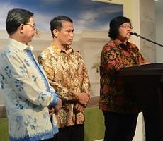 Menteri Lingkungan Hidup dan Kehutanan Siti Nurbaya didampingi Menteri Pertanian dan Menteri Agraria dan Tata Ruang, menyampaikan keterangan kepada pers terkait pembagian lahan seluas 9 juta hektar, di kantor Presiden, Jakarta, Jumat (27/2)