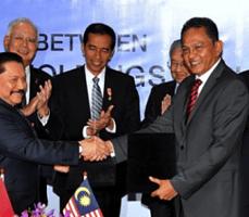 Presiden Jokowi dan PM Malaysia Dato Sri Mohammad Najib saat menghadiri acara MoU Proton dengan perusahaan swasta Indonesia, di Kuala Lumpur, Malaysia, Jumat (6/2)