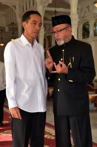Presiden Jokowi berbincang dengan Wali Nangroe Aceh Malik Muhammad seusai upacara peusijeuk, di kantor Gubernur Aceh, Banda Aceh, Minggu (8/3) malam
