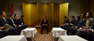 Presiden Jokowi didampingi sejumlah menteri bertemu dengan para pengusaha yang tergabung dalam JETRO, di Hotel New Otani, Tokyo. Jepang, Selasa (24/3) pagi