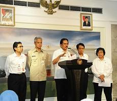 Menko Perekonomian Sofyan Jalil didampingi Menteri Lingkunga Hidup dan Kehutanan memberikan penjelasan hasil Ratas Optimalisasi Lahan Perhutani, di kantor Presiden, Jakarta, Rabu (11/3)