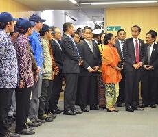 Presiden Jokowi dan Ibu Negara Iriana bertemu dengan Warga Indonesia yang bekerja di Pabrik Pusat Toyota, di Nagoya, Jepang, Rabu (25/3)