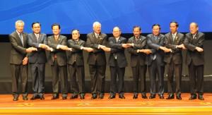 Presiden Jokowi di antara para pemimpin ASEAN saat pembukaan KTT ASEAN, di Kuala Lumpur, Malaysia, Senin (27/4) pagi
