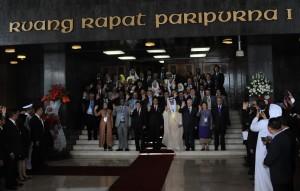 Presiden Jokowi bersama-sama peserta Konferensi Parlemen Asia Afrika, di Gedung DPR-RI, Jakarta, Kamis (23/4)
