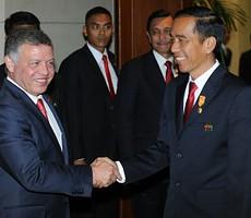 Presiden Jokowi menyambut Raja Yordania Abdullah sebelum melakuka pembicaraan bilateral di sela-sela KAA, di JCC Jakarta, Rabu (22/4)