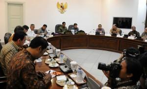 Presiden Jokowi didampingi Wapres Jusuf Kalla memimpin rapat terbatas perisapan Peringatan KTT Asia Afrika ke-60, di kantor Presiden, Jakarta, Kamis (2/4)