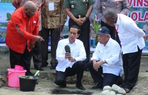 Presiden Jokowi didampingi Wagub Papua dan Menteri PUPR meletakkan batu pertama pembangunan fasilitas PON 2020, di Jayapura, Papua, Sabtu (9/5)