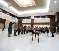Mensesneg Pratikno melantik Kasetpres dan 5 pejabat yang bertugas di Setwapres, di Aula Gedung I Kemensetneg, Jakarta, Selasa (26/5)