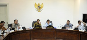 Presiden Jokowi didampingi Wakil Presiden Jusuf Kalla memimpin rapat terbatas membahas pembangunan LRT, di kantor Presiden, Jakarta, Rabu (20/5)