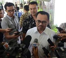 Menteri ESDM Sudirman Said menjawab wartawan seusai mengikuti Sidang Kabinet Paripurna, di kantor Presiden, Jakarta, Selasa (19/5)