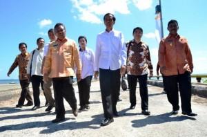 Presiden Jokowi saat meninjau lokasi Kawasan Ekonomi Khusus Tanjung Kelayan, Belitung, Babel, Sabtu (20/6)
