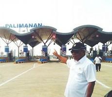 Menteri PUPR Basuki Hadimuljono saat meninjau jalan tol Cikampek - Palimanan, Selasa (2/6)