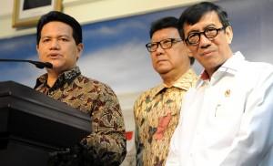 Ketua KPU Husni Kamil Manik bersama Mendagri dan Menkumham dalam konperensi pers seusai rapat terbatas. di kantor Presiden, Jakarta, Kamis (23/7)