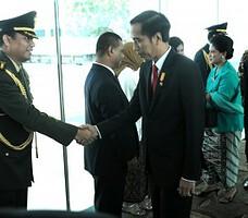 Presiden Jokowi didampingi Ibu Negara Iriana saat akan meninggalkan Singapura melalui Bandara Internasional Changi, Rabu (29/7)