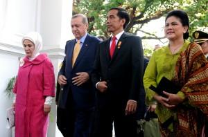 Presiden Jokowi didampingi Ibu Negara Iriana berjalan bersama Presiden Turki Tayyip Erdogan yang didampingi Ibu Negara Turki Emine, di Istana Merdeka, Jakarta, Jumat (31/7) sore