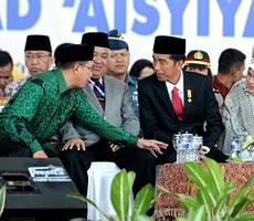 Presiden Jokowi didampingi Ibu Negara Iriana berbincang dengan Ketua Umum PP Muhammadiyah Din Syamsudin dan Menteri Agama Lukman Hakim S, di arena Muktamar Lap. Karebosi, Makassar, Senin (3/8)