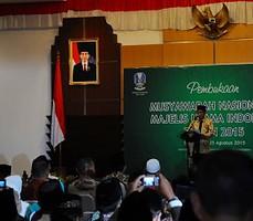 Presiden Jokowi memberikan sambutan pada Pembukaan Munas IX MUI, di Gedung Grahadi, Surabaya, Selasa (25/8)