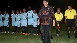 Presiden Jokowi setelah melakukan kick off turnamen sepakbola Piala Kemerdekaan, di Serang, Banten, Sabtu (15/8) malam