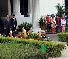 Mensesneg Pratiko menjadi Inspektur Upacara Peringatan HUT ke-70 Kemerdekaan RI, di halaman Kemensetneg, Jakarta, Senin (17/8) pagi