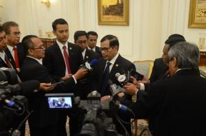 Seskab Pramono Anung menyampaikan keterangan pers, di Istana Raja Faisal, Jeddah, Sabtu (12/9) malam