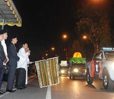 Presiden Jokowi menyaksikan pelepasan pawai takbiran Idul Adha 1436 yang dilakukan Gubernur Kalsel, di Banjarmasin, Rabu (23/9) malam