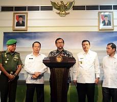 Seskab Pramono Anung didampingi Pangdam I Bukit Barisan, dan Plt. Gubernur Sumut menyampaikan keterangan hasil ratas Sinabung, di kantor Presiden, Jakarta, Senin (21/9)