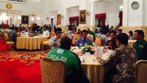 Presiden Jokowi makan siang dengan seratusan tukang ojek, sopir mikrolet, sopir taksi, dsb, di Istana Negara, Jakarta, Selasa (1/9) siang
