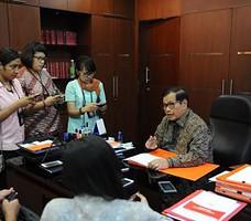 Seskab Pramono Anung menjawab pertanyaan wartawan, di ruang kerjanya, Gedung III Kemensetneg, Jakarta, Jumat (9/10) siang