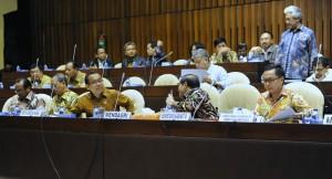 Seskab Pramono Anung berbincang dengan Mensesneg Pratikno sebelum rapat gabungan DPR-RI dimulai, di Jakarta, Selasa (13/10)