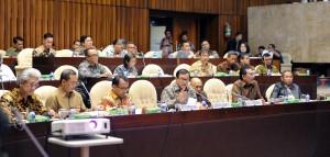 Seskab Pramono Anung didampingi Mensesneg Pratikno dan Kepala Staf Presiden Teten Masduki saat rapat kerja dengan Komisi II DPR, di Jakarta, Senin (19/10) malam