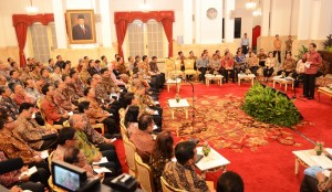 Presiden Jokowi memberikan arahan dalam pertemuan dengan direktur utama seluruh BUMN, di Istana Negara, Jakarta, Rabu (21/10) malam