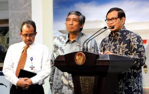 Seskab Pramono Anung didampingi Wakil Menkeu Mardiasmo dan Dirjen Bea dan Cukai Heru Pambudi memberikan keterangan pers, di kantor Presiden, Jakarta, Senin (12/10) sore
