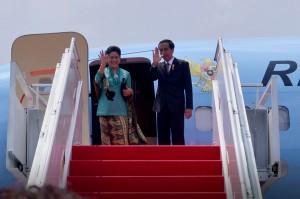 Presiden Jokowi didampingi Ibu Negara Iriana bertolak dengan pesawat kepresidenan menuju Turki, dari Bandara Halim Perdanakusuma, Jakarta, Sabtu (14/11) pagi. (Foto: Laily/Setpres)
