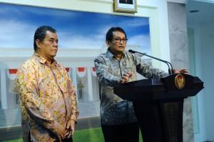 Prof. Iwan Jaya Azis dan Prof. Ari Kuncoro menyampaikan keterangan pers seusai bertemu Presiden Jokowi, di Istana Merdeka, Jakarta, Jumat (13/11) petang