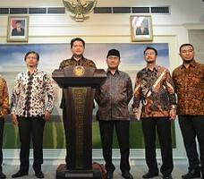 Ketua KPU Husni Kamil Manik didampingi pimpinan Bawaslu dan DKPP menyampaikan keterangan pers, di kantor Presiden, Jakarta, Selasa (3/11)