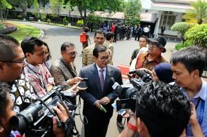 Seskab Pramono Anung menjawab wartawan di halaman Istana Merdeka, Jakarta, Kamis (12/11)