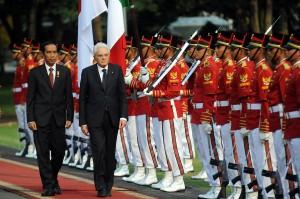 Presiden Republik Italia Sergio Mattarella didampingi Presiden Jokowi memeriksa pasukan kehormatan, di halaman Istana Merdeka, Jakarta, Senin (9/11) sore